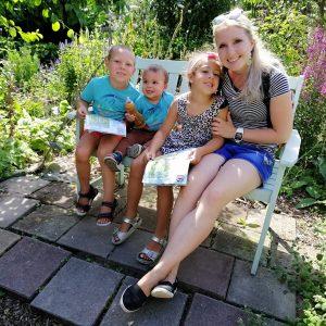 op deze foto zie je een gezin, een trotse moeder met 3 prachtige kinderen waar ze veel van kan leren